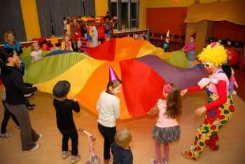 zabawa dzieci na urodzinach