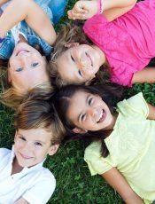 Drewniany domek dla dzieci – zalety jego posiadania w Twoim ogrodzie